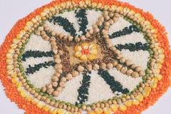 Mandala zboża, adra i ziarna, Bezpłatny pojęcie Kukurudza, chickpea, amarant, soczewicy, ryż, chia zdrowa żywność Odgórny widok fotografia stock