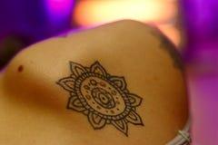 Mandalablommafärgpulver på hud royaltyfria bilder