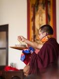 Mandalagåvan under dedikationceremonin på den Karmapa instien Royaltyfri Foto