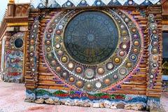 Mandalas bonitas do mosaico nas paredes da construção principal no wat Prathat, Pha Sorn Kaew, em Khao Kor, Phetchabun, Tailândia foto de stock