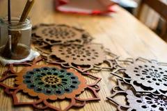 Mandalas en bois colorés faits main photographie stock libre de droits