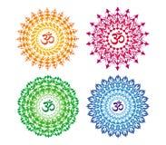 4 Mandalas i 4 färger Openwork färgrik rund prydnad med det Aum/för ohm/Om symbolet Royaltyfri Illustrationer