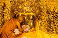 MANDALAY 26 ΑΥΓΟΎΣΤΟΥ: Το ανώτερο πλύσιμο Mahamuni Βούδας μοναχών Στοκ Εικόνες
