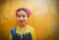 MANDALAY, ΤΟ ΜΙΑΝΜΆΡ, - 12 ΔΕΚΕΜΒΡΊΟΥ 2017: Το μη αναγνωρισμένο Μιανμάρ gir στοκ εικόνες με δικαίωμα ελεύθερης χρήσης