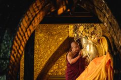 MANDALAY, ΤΟ ΜΙΑΝΜΆΡ - 11 ΔΕΚΕΜΒΡΊΟΥ 2017: Ο ανώτερος μοναχός πλένει το fac στοκ φωτογραφία με δικαίωμα ελεύθερης χρήσης