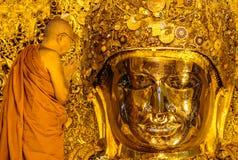 MANDALAY 26 AOÛT : Le lavage supérieur Mahamuni Bouddha de moine Photographie stock libre de droits