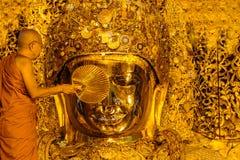MANDALAY 26 AOÛT : Le lavage supérieur Mahamuni Bouddha de moine Photos stock