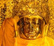 MANDALAY-AUGUST 26 :资深修士洗涤Mahamuni菩萨 免版税库存图片