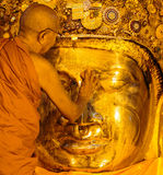 MANDALAY-AUGUST 26 :资深修士洗涤Mahamuni菩萨 图库摄影