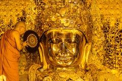 MANDALAY 26. AUGUST: Die ältere Mönchwäsche Mahamuni Buddha Stockfoto