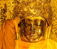 MANDALAY 26. AUGUST: Die ältere Mönchwäsche Mahamuni Buddha Lizenzfreies Stockbild
