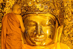 MANDALAY 26. AUGUST: Die ältere Mönchwäsche Mahamuni Buddha Stockfotografie
