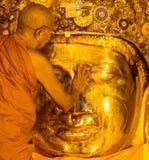 MANDALAY-AUGUST 26: Starszy michaelita obmycie Mahamuni Buddha Fotografia Stock