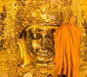 26 Mandalay-AUGUSTUS: De hogere monnikswas Mahamuni Boedha Royalty-vrije Stock Fotografie