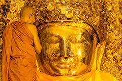MANDALAY 26 DE AGOSTO: A Buda superior de Mahamuni da lavagem da monge Fotografia de Stock