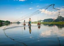 Mandalay - 3 de diciembre: Pescados de la captura de los pescadores Foto de archivo libre de regalías