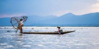 Mandalay - 15 de octubre: Pescadores captura pescados 15 de octubre de 2014 en Mand Foto de archivo