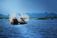 Mandalay - 15 de outubro: Pescadores captura peixes 15 de outubro de 2014 em Mand Foto de Stock