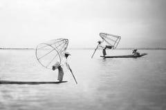 Mandalay - 15 de outubro: Pescadores captura peixes 15 de outubro de 2014 em Mand Fotos de Stock Royalty Free