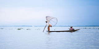 Mandalay - 15 de outubro: Pescadores captura peixes 15 de outubro de 2014 em Mand Imagem de Stock
