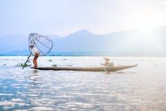 Mandalay - 15 de outubro: Pescadores captura peixes 15 de outubro de 2014 em Mand Fotografia de Stock