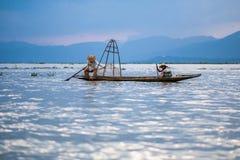 Mandalay - 15 de outubro: Pescadores captura peixes 15 de outubro de 2014 em Mand Imagem de Stock Royalty Free