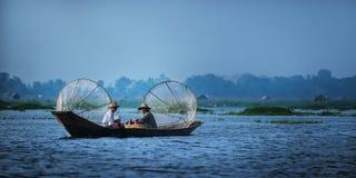Mandalay - 15 de outubro: Pescadores captura peixes 15 de outubro de 2014 em Mandalay Os pescadores mostram a maneira antiga de r Fotografia de Stock Royalty Free