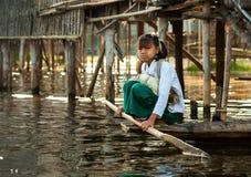 Mandalay - December 5 handelaars in de markt Stock Foto's