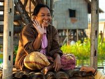 Mandalay - 5 dicembre commercianti nel mercato Fotografia Stock Libera da Diritti