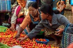 Mandalay - 5 dicembre commercianti nel mercato Immagini Stock Libere da Diritti