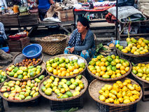 Mandalay gatamarknad 2 Fotografering för Bildbyråer