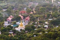 Mandalay guld- pagoder på skymning Royaltyfria Foton