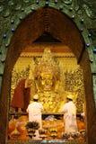MANDALAY - JAN 03, Mahamuni Buddha Arkivbilder