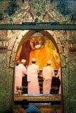 3 Mandalay-MEI: De Birmaanse vrouw bidt terwijl het ritueel van gezichtswas Stock Fotografie