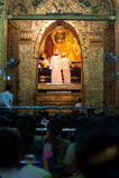 3 Mandalay-MEI: De Birmaanse vrouw bidt terwijl het ritueel van gezichtswas Stock Foto