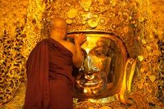 3 Mandalay-MEI: De Birmaanse vrouw bidt terwijl het ritueel van gezichtswas Stock Afbeelding