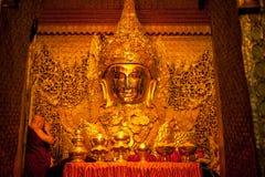 3 Mandalay-MEI: De Birmaanse vrouw bidt terwijl het ritueel van gezichtswas Royalty-vrije Stock Afbeeldingen