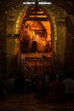 3 Mandalay-MEI: De Birmaanse vrouw bidt terwijl het ritueel van gezichtswas Royalty-vrije Stock Fotografie