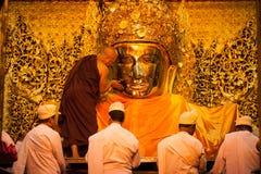 3 Mandalay-MEI: De Birmaanse vrouw bidt terwijl het ritueel van gezichtswas Royalty-vrije Stock Foto's