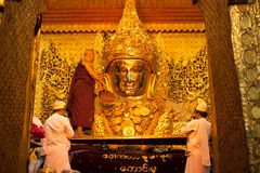 3 Mandalay-MEI: De Birmaanse vrouw bidt terwijl het ritueel van gezichtswas Royalty-vrije Stock Afbeelding
