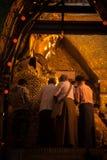 3 Mandalay-MEI: De Birmaanse vrouw bidt terwijl het ritueel van gezichtswas Stock Foto's