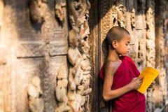 MANDALAY, MYANMAR 18 ΦΕΒΡΟΥΑΡΊΟΥ: Νέοι μοναχοί αρχαρίων που στέκονται και που διαβάζουν Στοκ φωτογραφίες με δικαίωμα ελεύθερης χρήσης