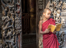 MANDALAY, MYANMAR 18 ΦΕΒΡΟΥΑΡΊΟΥ: Νέοι μοναχοί αρχαρίων που στέκονται και readin Στοκ φωτογραφία με δικαίωμα ελεύθερης χρήσης