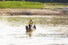 MANDALAY, MYANMAR - 1º DE DEZEMBRO DE 2016: Dois pescadores no rio de Irrawaddy, Burma Copie o espaço para o texto imagens de stock royalty free