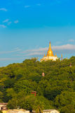 MANDALAY, MYANMAR - 1º DE DEZEMBRO DE 2016: Pagode dourado no monte Burma de Sagaing Copie o espaço para o texto vertical Foto de Stock