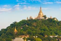 MANDALAY, MYANMAR - 1º DE DEZEMBRO DE 2016: Pagode dourado no monte de Sagaing, Burma Copie o espaço para o texto Imagem de Stock