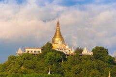 MANDALAY, MYANMAR - 1º DE DEZEMBRO DE 2016: Pagode dourado no monte de Sagaing, Burma Copie o espaço para o texto Foto de Stock