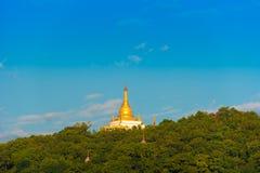 MANDALAY, MYANMAR - 1º DE DEZEMBRO DE 2016: Pagode dourado no monte de Sagaing, Burma Copie o espaço para o texto Imagens de Stock