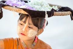 MANDALAY, MYANMAR 18 DE FEVEREIRO: Uma menina do vendedor que vende flores Imagem de Stock