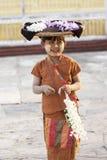 MANDALAY, MYANMAR 18 DE FEVEREIRO: Uma menina do vendedor que vende flores Foto de Stock Royalty Free